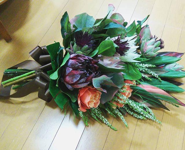 #weddingbouquet #クラッチブーケ 大ぶりなネイティブフラワーと たっぷりなグリーンのブーケふんわり可愛いより  スタイリッシュやカッコいい が好きな方へオススメ。#結婚式#オーダーブーケ#アートフラワーブーケ #ネイティブフラワー#ナチュラルテイスト#プレ花嫁さんと繋がりたい #花好きな人と繋がりたい #フラワーデコレーター #フローリスト#福島 (Instagram)